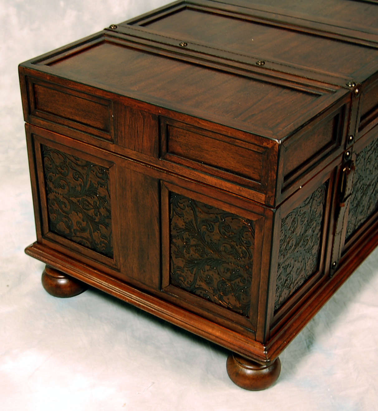 Old world mckenna trunk coffee end table ebay Trunks coffee tables
